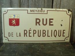 Ancienne Plaque Rue De La République Ville De Meyzieu. - Popular Art