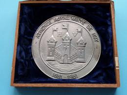 ATHENEE ROYAL MIXTE DE HUY 1881 - 1981 / 194 ( In Sigarenbox > Zie / Voir Photos ) +/- 90 Mm. / 123 Gr.! - Elongated Coins