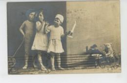 ENFANTS - LITTLE GIRL - MAEDCHEN - Jolie Carte Fantaisie Enfants Avec Bougie Singe Et Ours En Peluche - Retratos