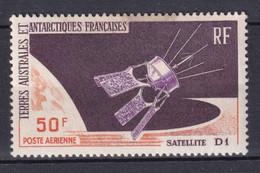 TAAF - 1966 - POSTE AERIENNE YVERT N° 12 ** MNH (PETITE TACHE EN HAUT) - COTE = 85 EUR. SATELLITE D1 - Unused Stamps
