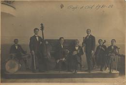 PHOTOGRAPHIE ORCHESTRE AU CAP D'AIL 1921-22 PAR MORETTA À MONACO ( TAMPON À SEC ) EN BAS À DROITE - Beroemde Personen