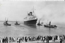 Cherbourg 1956 Le Queen Elizabeth Quittant Le Quai De France - Passagiersschepen