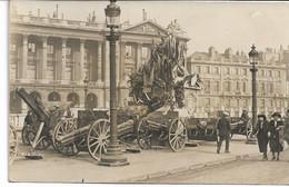 CARTE-PHOTO WW1 PARIS Canons Allemand Pris à L'Ennemi Et Exposés  Places De La Concorde En 1918  Statue Pavoisée - Guerra 1914-18