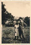 AC- B3217 -Photo Petit Format Allemagne Jeune Couple En 1944 (Militaria -uniforme)-( Détails=scan Verso) -Envoi Gratuit - War, Military