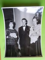 Tirage Argentique Gina LOLLOBRIGIDA Et Le PRINCE ALBERT Et  PAOLA  1961  - 24 X 18cm - Famous People