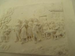 Petit Tableau En Calcaire  14 Cm Par 11 Cm  - Scene  De Fete  Au Village - Popular Art