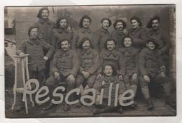 MILITARIA  - CARTE PHOTO DE SOLDATS A IDENTIFIER - CHASSEURS ALPINS ? - N° 15 SUR LE COL - UN DECORE CROIX DE GUERRE - Uniforms