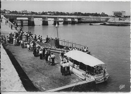 "CPSM  ROYAN 17  : Embarquement Sur "" L'Actif ""  -  Promenade En Mer   Grd F  Carte Vierge - Royan"