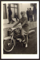 Pretty Woman Girl With Motorcycle Scooter Old Photo 9x14 Cm #32732 - Anonyme Personen