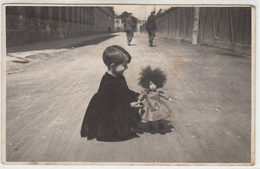 BAMBINA CON BAMBOLA CHILD WITH DOLL - FOTO ORIGINALE - Personas Anónimos