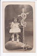 """Carte Photo -Fillette Assise Dans Un Fauteuil Les Pieds Sur Un Agneau Tenant Une Croix Avec Inscription """"ECCE AGNUS DEI"""" - Fotografia"""