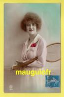FANTAISIES / FEMMES / UNE JEUNE FEMME EN TENUE DE JOUEUSE DE TENNIS / RAQUETTE / 1921 - Women