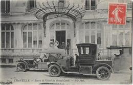"""CHANTILLY -- Entrée Hotel Du  """"Grand Condé """" (2 Automobiles ) - Chantilly"""