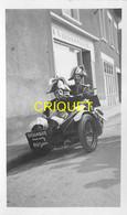 85 Challans, Photo Originale D'un Défilé-cavalcade, 2 Gendarmes Sur Un Vieux Side-car - Challans