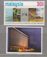MALAYSIA 1974 Coat Of Arms Bridge Building MNH(**) Mi 119-120 #27566 - Malaysia (1964-...)