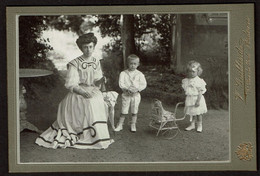 C1900 - Au Jardin - Dame Et Enfants - Fillette Avec Sa Poupée - Ombrelle - Photographe V. GAILLARD à Andenne - Personas Anónimos