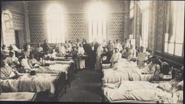 Guerre 14 18 Photo Hôpital Auxiliaire N°30 Trouville Sur Mer Calvados Personnel Croix Rouge + 2 Abbés + Soldats Blessés - War, Military