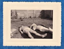 Photo Ancienne Snapshot - Portrait D' Homme Torse Nu Un Jour De Chaleur - Bronze Garçon Slip Mode - Personnes Anonymes