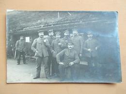 CARTE PHOTO SOLDATS  ALLEMAND - XVIII Inscrit Sur Le Col - ABRI FORET VOSGES ?? - Guerra 1914-18