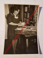 Photo Vintage. Original. La Fille Recueille Des Livres Dans Une Valise. L'URSS - Oggetti