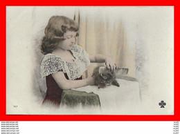 CPA CHATS.  Jolie Petite Fille Aux Cheveux Bouclées Et Peignant Son Petit Chat...CO1777 - Cats