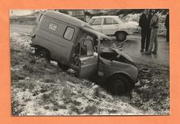 PHOTO ORIGINALE - ACCIDENT DE VOITURE RENAULT 4L FOURGONNETTE BAILLY & COLIN + PEUGEOT 504 - R4 R 4 - CRASH CAR - Auto's
