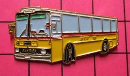Sp07 Pin's Pins / Beau Et Rare / THEME : TRANSPORTS / AUTOBUS ROUTIER SUISSE JAUNE SAURER PTT Numéroté 207 - Trasporti