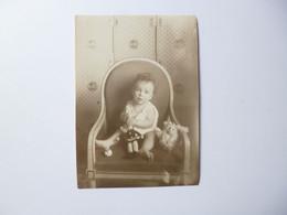 PHOTOGRAPHIE  -  Bébé Dans Fauteuil  -  Jouets  ANCIENS     -  10,5 X14,8  Cms - Games & Toys