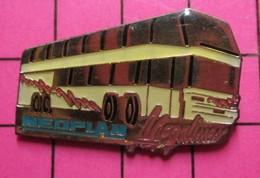 313b Pin's Pins / Beau Et Rare / THEME : TRANSPORTS / AUTOBUS ROUTIER A IMPERIALE NEOPLAN MEGALINER ça C'est Du Bus ! - Transportation