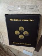 Album Classeur OPTIMA Pour Médailles Touristiques Souvenirs Avec 5 Pochettes OPTIMA Leuchtturm En L état Sur Les Photos - Supplies And Equipment