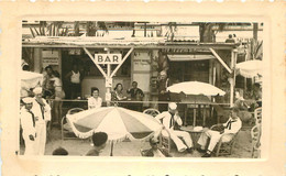 CARTE PHOTO CAFE DE BORD DE MER AVEC MARINS ET COMMERCES DE PHOTO JACK ET  ALLEGRA - To Identify