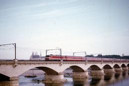 """Orléans-Pont Sur La Loire. Locomotive CC 6500. TEE """"Le Capitole Du Matin"""" Paris-Toulouse. Cliché Jacques Bazin. 09/1971 - Trains"""