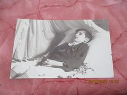 Carte Photo  Jeune Enfant Sur Lit De Mort - Photographs