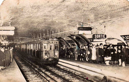 CARTE PHOTO Du METRO PARISIEN  ( 2 Coins Hauts Arrondis) - Metropolitana, Stazioni
