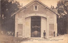 17-ILE D'OLERON- SAINT-TROJAN-LES-BAINS-LE CANOT DE SAUVETAGE MONTE SUR SON CHARIOT DANS SON HANGAR - Ile D'Oléron