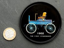 Ancien Cendrier Coupelle Série Américaine : 1902 STUDEBAKER 1° Modèle - Voitures