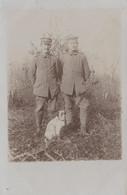 CARTE PHOTO ALLEMANDE - GUERRE 14-18 - DEUX SOLDATS ALLEMANDS AVEC UN CHIEN - War 1914-18