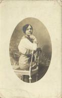 Carte Photo Medaillon Jeune Femme Assise Sur Une Chaise  RV - Fotografie