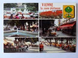 VIENNE (38/Isère) - Zone Piétonne , Place Avec Bus Et Voitures , Terrasses De Café - Café Restaurant Des Allobroges - Vienne