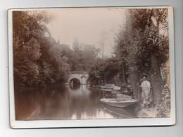 Magnifique Photo Sur Carton D'un Homme Près D'une Barque  Sur Une Rivière (lieu à Définir) - Fotografie