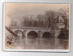 Magnifique Photo Sur Carton D'un Pont Avec Laveuses, Pêcheur  Près D'une Rivière (lieu à Définir) - Fotografie