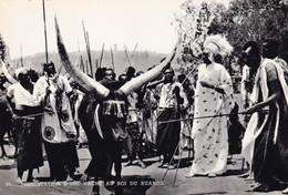 RUANDA - Présentation Au Roi Du Ruanda D'une Vache De Son Troupeau - Ruanda-Urundi