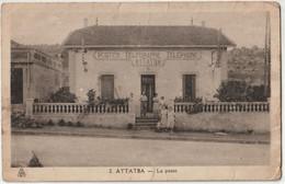 CPA   Attatba Région De Tipaza (Algérie ) La Poste Télegraphe Telephone Dans Les Années 1940 Famille Devant La Porte - Altre Città