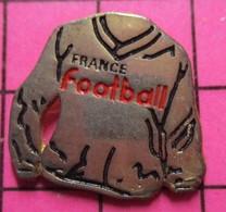 1415A Pin's Pins / Beau Et Rare / THEME : MEDIAS / REVUE FRANCE FOOTBALL MAILLOT DE SPORT - Rugby
