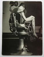 Carte Postale Pin Up Sexy En Lingerie Bas Fauteuil De Dentiste The Dentist Chair Photographe Ian Sanderson - Pin-Ups