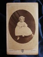 Photo CDV  Touzery à Orléans  Bébé Assis  Grande Robe Et Bonnet  Sec. Empire  CA 1865-70 - L546A - Old (before 1900)