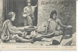 89 - ( SCENES ET TYPES )  FEMME PREPARANT LE COUSCOUS ET FEMME PEIGNANT LA LAINE  ( BON PLAN  ) ALGERIE - Escenas & Tipos