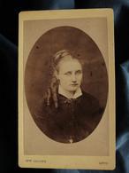 Photo CDV Mme Laloge à Lyon - Portrait Femme En Médaillon, Circa 1870-75 L550-6 - Ancianas (antes De 1900)