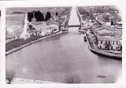 Photo  9.5 X 6.8  -  AIGUES MORTES ( 30)  - Le Canal - Vue De La Tour De Constance - Places