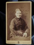 Photo CDV Benjamin Escudié à Lyon - Femme âgée Assise Circa 1880-85 L550-6 - Ancianas (antes De 1900)